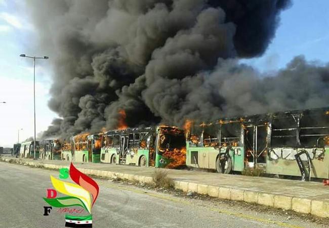 Bảy xe buýt xanh lá cây cứu hộ di tản người bị thương và bị bệnh bị lực lượng Hồi giáo cực đoan phá hủy ở tỉnh Idlib