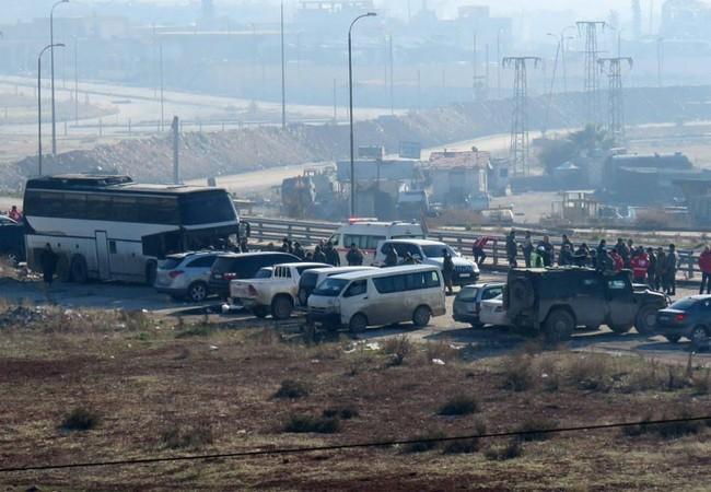 Đoàn xe buyt và xe của Hội chữ thập đỏ quốc tế tiếp nhận người di tản ra vùng ngoại ô Aleppo
