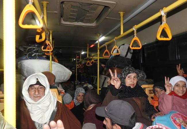 Người già, trẻ em và người bị thương từ tỉnh Idlib di tản về thành phố Aleppo