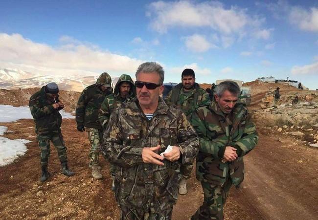 Sĩ quan chỉ huy sư đoàn cơ giới số 4 quân đội Syria trên chiến trường ngoại ô Damascus