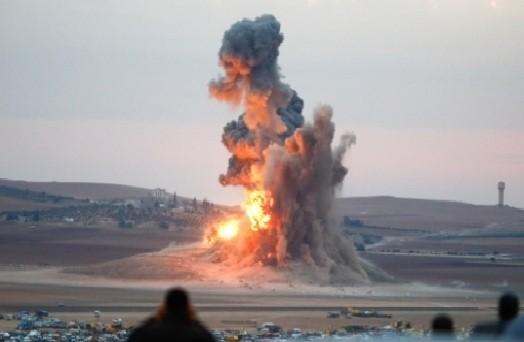 Binh sĩ quân đội Syria phá hủy một xe đánh bom tự sát VBIED trên sa mạc tỉnh Homs