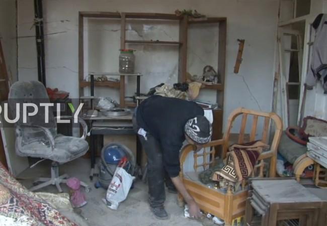 Người dân trở về ngôi nhà tan hoang của mình sau cuộc chiến tranh