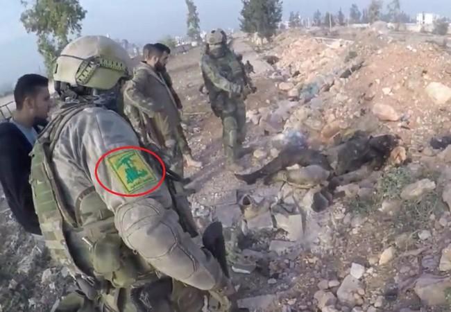 Một quân nhân được cho là thuộc lực lượng Nga cùng các chiến binh Hezbollah