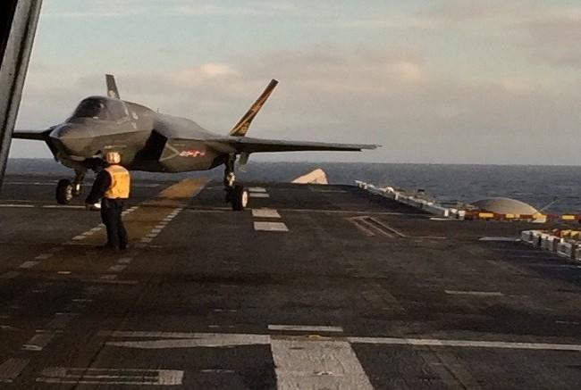 Máy bay F-35B hạ cánh thẳng đứng trên tàu sân bay