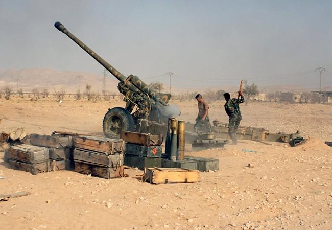 Pháo binh quân đội Syria chiến đấu trên vùng sa mạc tỉnh Homs