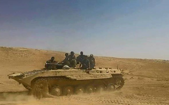Binh sĩ quân đội Syria tiến công trên chiến trường tỉnh Homs, vùng Palmyra