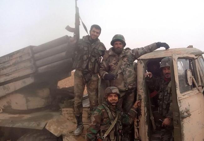 Binh sĩ quân đội Syria trên đường tiến công vùng sa mạc tỉnh Homs