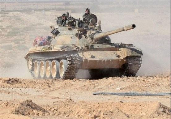 Xe tăng quân đội Syria trên chiến trường Palmyra