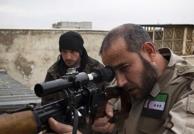 Một tay súng thánh chiến thuộc nhóm Quân đội Syria tự do ở thành phố Homs