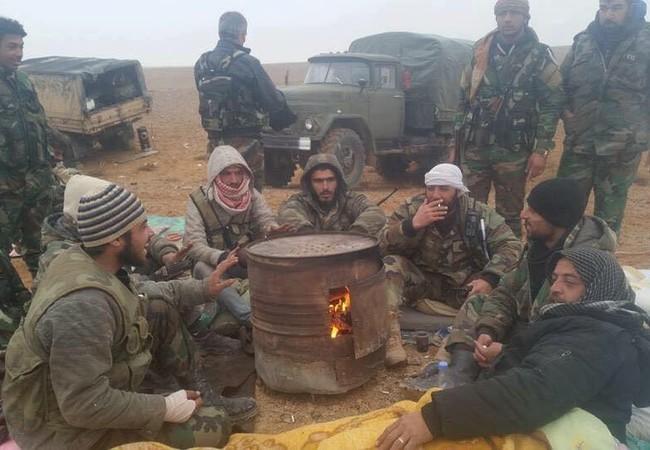 Binh sĩ Syria trên vùng sa mạc cách thành phố cổ Palmyra 22 km