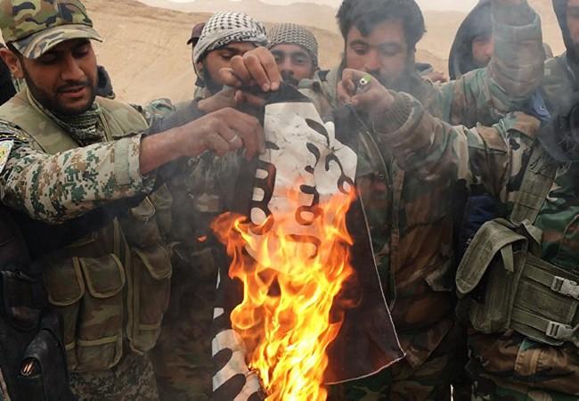 Binh sĩ quân tình nguyện Syria ăn mừng sau một trận đánh thắng IS