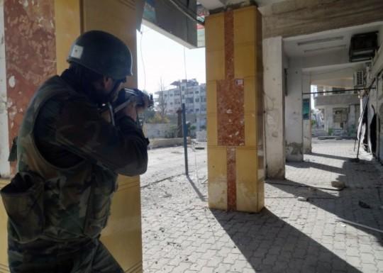 Binh sĩ quân đội Syria chiến đấu trên địa phận thị trấn Jobar