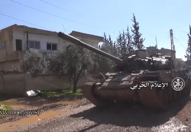 Xe tăng quân đội Syria trên chiến trường thành phố Daraa