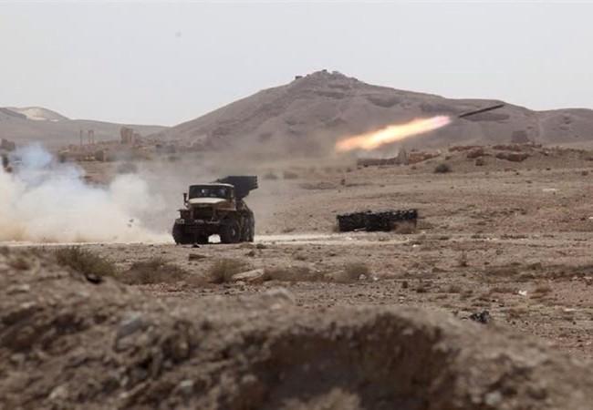 Pháo binh quân đội Syria pháo kích trên chiến trường Palmyra