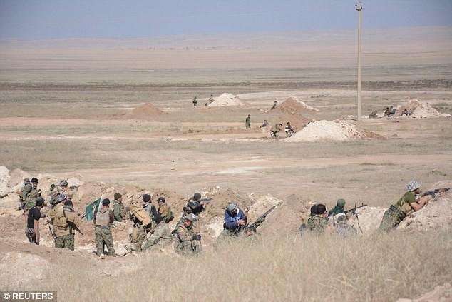 Các chiến binh thuộc lực lượng Hezbollah Iraq trên chiến trường ngoại ô thành phố Mosul, Iraq