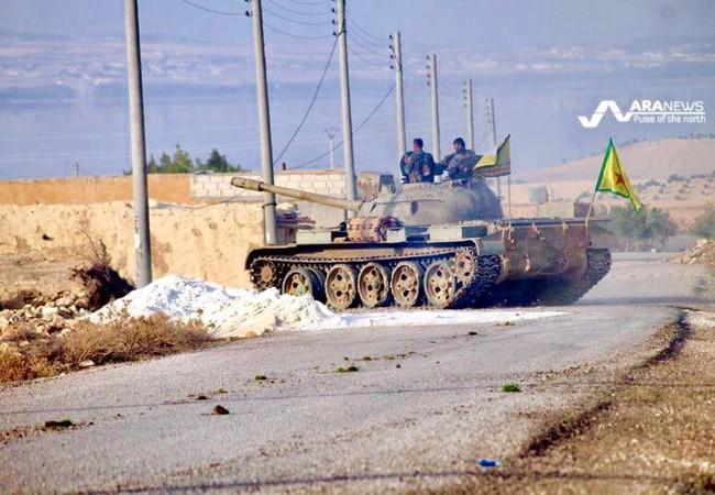Xe tăng của lực lượng dân quân người Kurd trên hướng tiến về Deir Ezzor