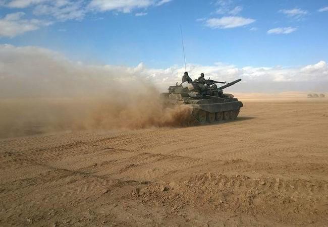 Xe tăng quân đội Syria tấn công trên chiến trường Palmyra