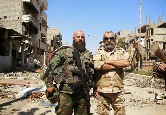 Chuẩn tướng Issam Zahreddine và binh sĩ quân đội Syria trên chiến trường thành phố bị bao vây Deir Ezzor