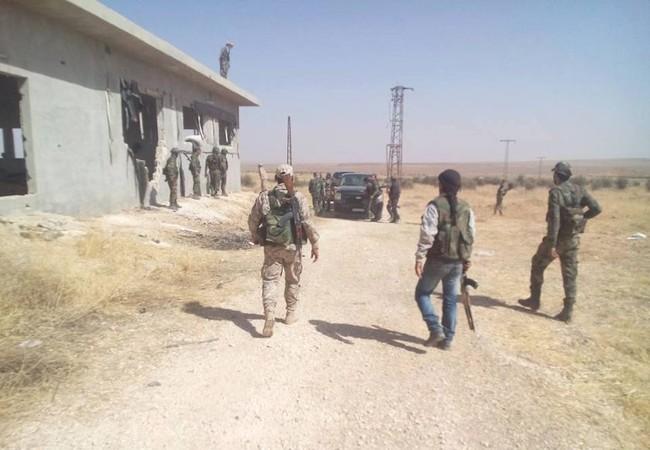 Binh sĩ quân đội Syria trên chiến trường vùng nông thôn tỉnh Hama