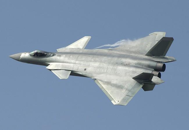 Máy bay tiêm kích tàng hình J-20 Trung Quốc bay biểu diễn ở Chu Hải