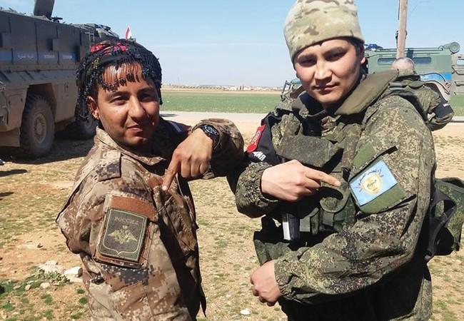 Quân cảnh Nga và chiến binh người Kurd trên vùng ngoại ô thành phố ManBij