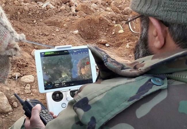 Sĩ quan quân đội Syria sử dụng drone điều khiển hỏa lực trong quận Al-Qaboun, ngoại ô Damascus