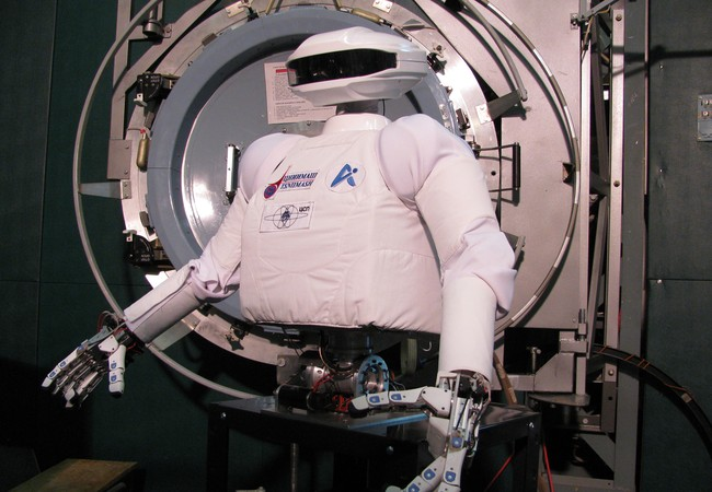 Robot - phi hành gia SAR - 400, phiên bản đầu tiên của robot humanoid