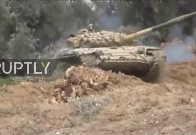 Xe tăng quân đội Syria chiến đấu trên vùng ngoại ô Damascus