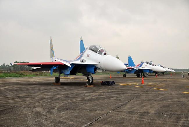 Máy bay tiêm kích đa nhiệm Su-30SM trên sân bay Nội Bài