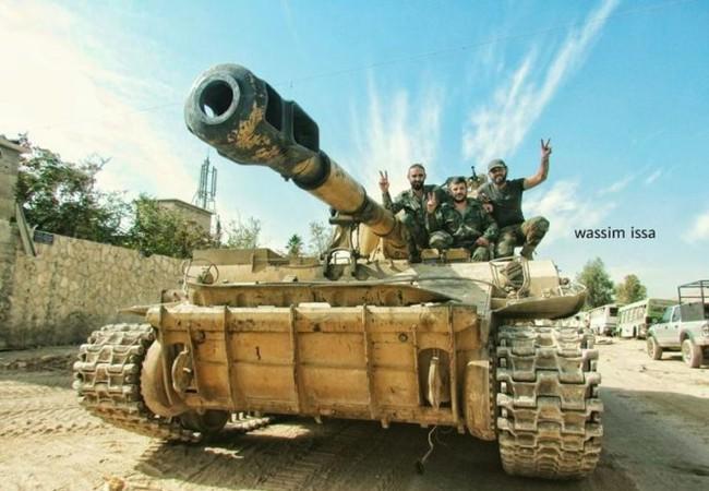 Xe tăng quân đội Syria trên vùng ngoại ô Damascus