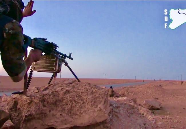 Binh sĩ người Kurd trên đường tấn công vào sân bay quân sự Tabqa thuộc tỉnh Raqqa