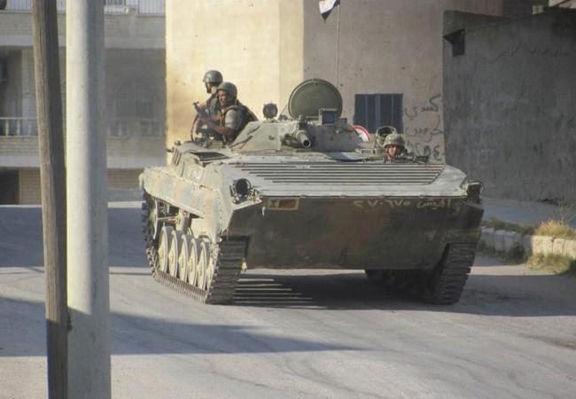 Binh sĩ quân đội Syria và xe BMP tiến ra chiến tuyến ở thành phố Daraa