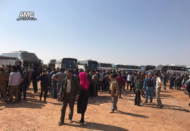 Đoàn xe buyt di tản các tay súng Hồi giáo cực đoan và thân nhân gia đình rời thành phố Homs