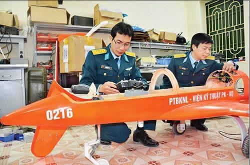 Đại tá Đoàn Hồng Việt (bên phải), Trưởng phòng và Đại úy Phạm Đình Hưng, Phó trưởng Phòng Nghiên cứu phương tiện bay không người lái, kiểm tra một chiếc máy bay không người lái.