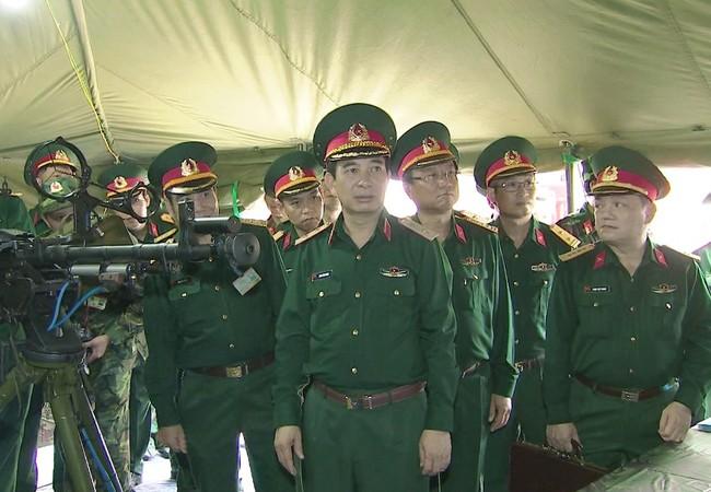Trung tướng Phan Văn Giang - Tổng Tham mưu trưởng QĐND Việt Nam tham quan các sản phẩm mô phỏng của Công ty TECAPRO tại Hội thi.