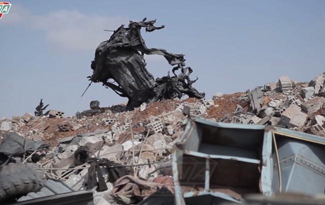 Một cảnh phương tiện bị tàn phá ở sân bay Ash Sha'irat thuộc tỉnh Homs, Syria.