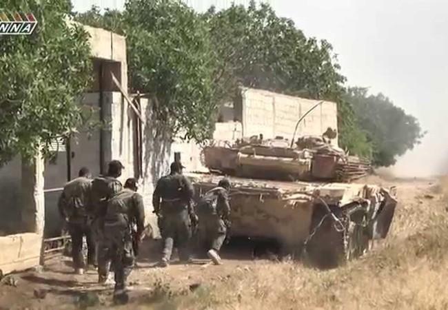 Binh sĩ Syria tấn công cùng xe tăng