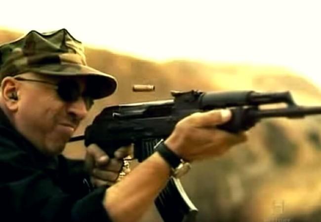 Cựu chiến binh chiến tranh Việt Nam thử súng AK-47