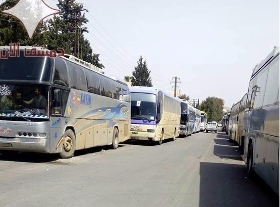 Đoàn xe di tản chở các chiến binh và gia đình về tỉnh Idlib