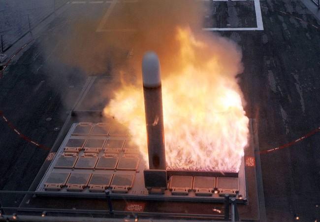 Tên lửa Tomahawk phóng tên từ tàu khu trục Mỹ