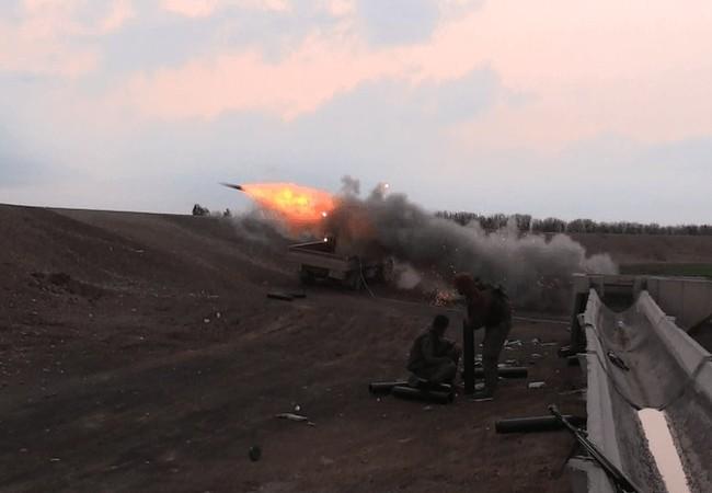 Lực lượng Dân chủ Syria SDF tấn công bằng tên lửa trên chiến trường Raqqa