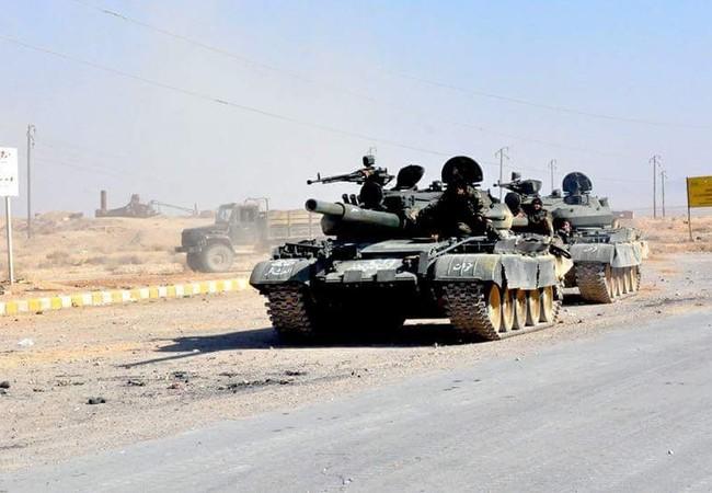 Đoàn xe tăng quân đội Syria trên chiến trường Palmyra