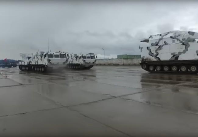 Các xe thiết giáp Bắc Cực huấn luyện diễu hành