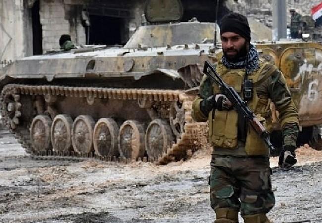 Một binh sĩ Syria thuộc lực lượng Tiger đang chuẩn bị cho cuộc tấn công