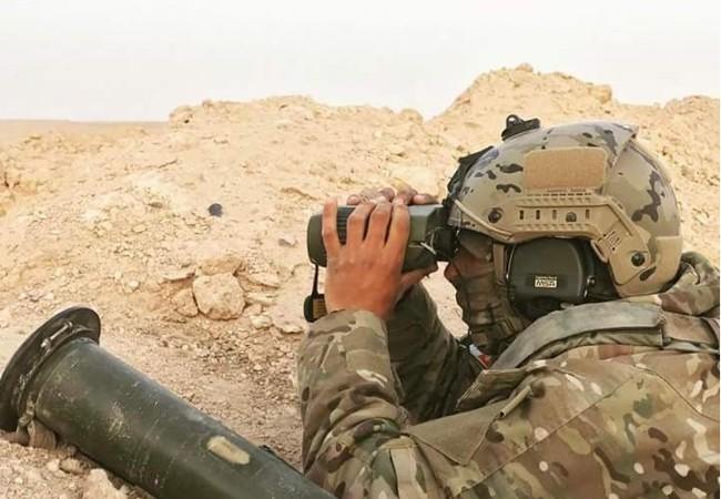 Một binh sĩ, có thể là đặc nhiệm Nga đang theo dõi tình tình trên chiến trường Palmyra