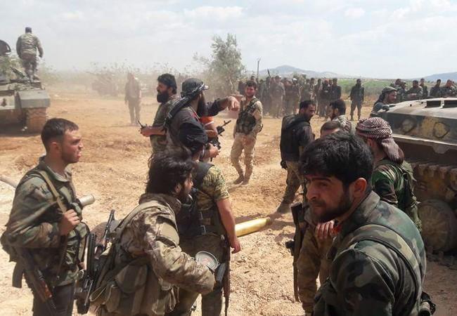 Một nhóm binh sĩ Syria chuẩn bị tấn công