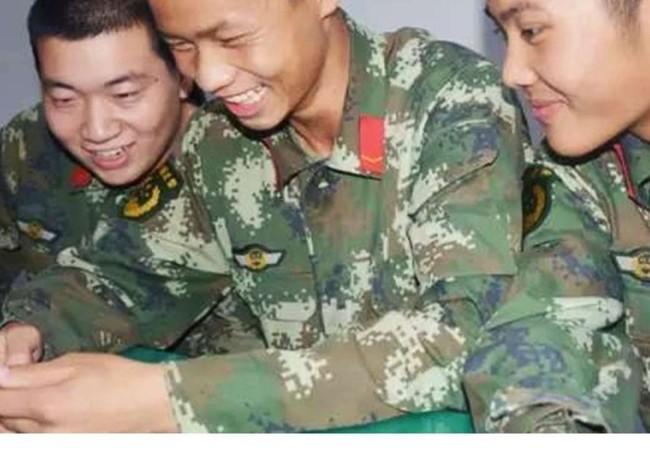 Binh sĩ quân đội Trung Quốc với điện thoại smartphone