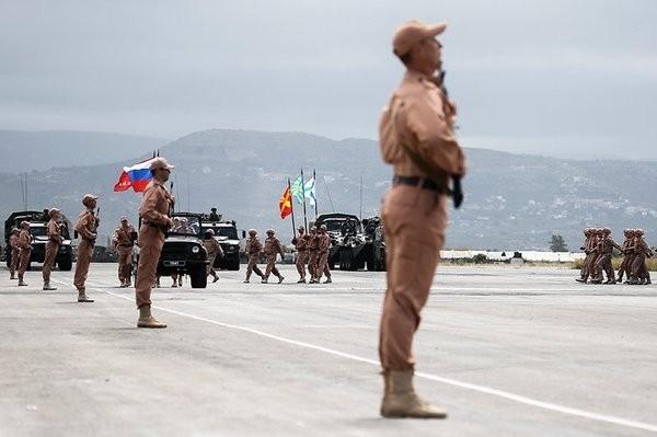 Diễu hành quân sự trên sân bay quân sự Hmeymim