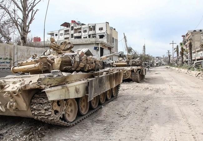 Những chiếc xe tăng quân đội Syria, tơi tả trong những trận chiến bất tận