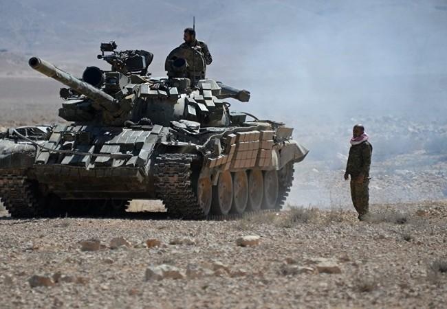 Xe tăng quân đội Syria trên chiến trường phía đông nam Aleppo